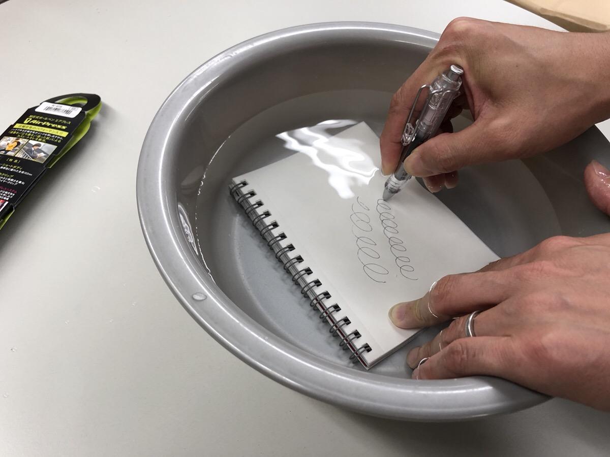 エアプレスは『速書き』や『上向き筆記』『湿った紙への筆記』など機能充実のノック式加圧油性ボールペンです。
