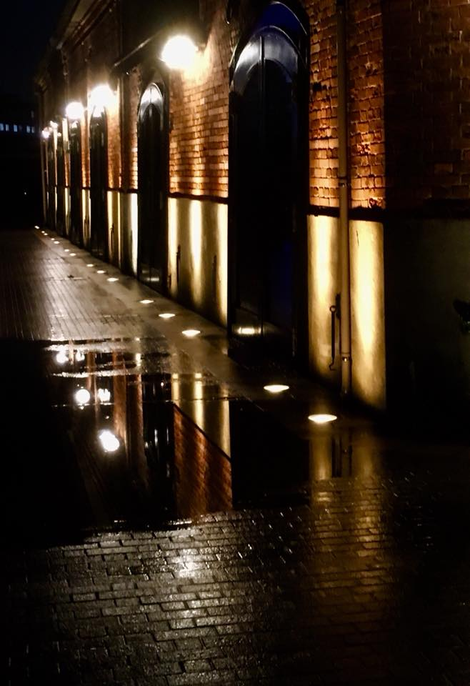 雨の夜、神戸煉瓦倉庫にて