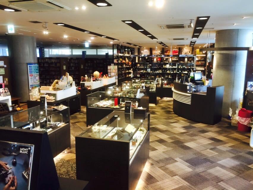梅田茶屋町店、朝の優しい光