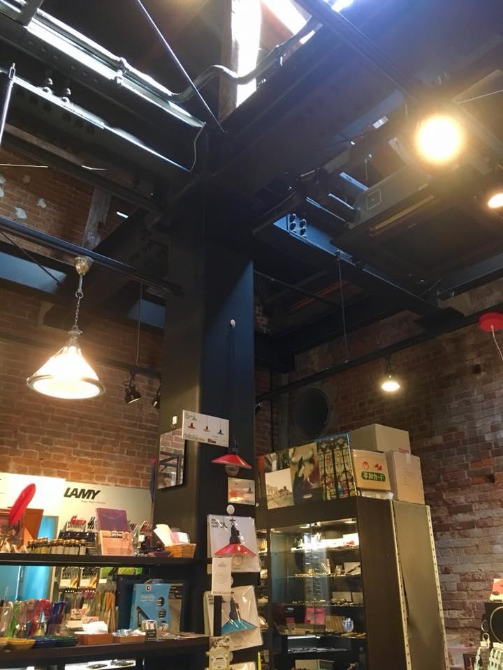 オトメツバキと神戸煉瓦倉庫