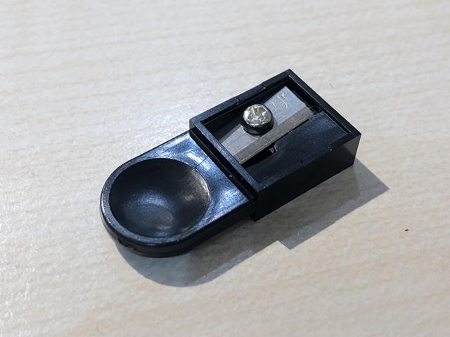 ぺんてる マルチ8は、1本の中に8種類の芯(鉛筆芯、カラー芯)が内蔵された超多機能ペン。